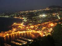 dal Belvedere: panorama notturno della città, del golfo e dell'entroterra fino ad Alcamo ed il monte Bonifato - 19 settembre 2007   - Castellammare del golfo (4042 clic)