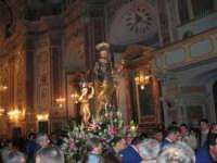 Al termine della processione in onore di S. Giuseppe, la statua del Santo (statua di S. Giuseppe con il bambino Gesù di Girolamo Bagnasco) all'interno della Chiesa di Sant'Oliva - 20 marzo 2006   - Alcamo (2230 clic)