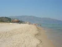 spiaggia, mare calmo e monti di Castellammare del Golfo - 19 luglio 2007  - Alcamo marina (942 clic)