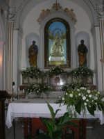 Santuario della Madonna del Ponte - interno - ai due lati della Madonna due apostoli: San Pietro con le chiavi in mano, San Paolo (o, secondo alcuni, San Giovanni) con libro e giglio - 5 ottobre 2008  - Partinico (2123 clic)