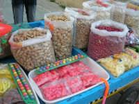 Mercoledì Santo - Carrettino di venditore ambulante: frutta secca, semi (calia e simenza), caramelle e giocattoli vari (particolare) - 12 aprile 2006  - Buseto palizzolo (7801 clic)