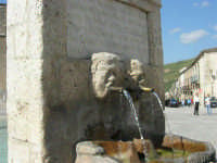 particolare della fontana al centro della piazza - 23 aprile 2006   - Palazzo adriano (1372 clic)