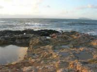 Capo Lilybeo: all'orizzonte una delle isole Egadi - 1 febbraio 2009   - Marsala (2884 clic)