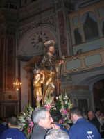 Al termine della processione in onore di S. Giuseppe, la statua del Santo (statua di S. Giuseppe con il bambino Gesù di Girolamo Bagnasco) all'interno della Chiesa di Sant'Oliva - 20 marzo 2006   - Alcamo (3384 clic)
