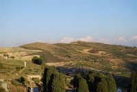 circondato dalle colline, il paese distrutto dal terremoto del gennaio 1968 - 2 ottobre 2007  - Poggioreale (2371 clic)