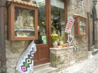 tappeti - ceramiche - souvenir  - 1 maggio 2009   - Erice (2371 clic)