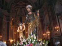 Al termine della processione in onore di S. Giuseppe, la statua del Santo (statua di S. Giuseppe con il bambino Gesù di Girolamo Bagnasco) all'interno della Chiesa di Sant'Oliva - 20 marzo 2006   - Alcamo (4793 clic)