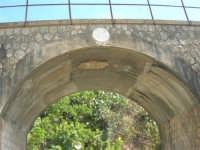 ponte ferroviario alle porte del paese - al centro il simbolo del fascio con la scritta: 1929 A. XII - 4 ottobre 2007  - Calatafimi segesta (1329 clic)