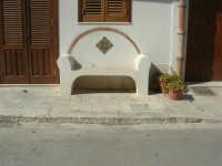 girovagando per la città: panchina in pietra, con decorazioni in ceramica - 30 agosto 2008    - San vito lo capo (976 clic)