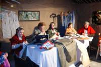 Presepe Vivente presso l'Istituto Comprensivo A. Manzoni, animato da alunni della scuola e da anziani del paese - sartoria - 20 dicembre 2007   - Buseto palizzolo (952 clic)