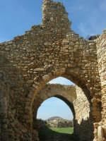 sulla rupe i ruderi del Castello Eufemio, di epoca medioevale - 4 ottobre 2007   - Calatafimi segesta (685 clic)