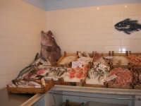 Pescheria Randazzo in via Guglielmo Marconi: un angolo del banco del pesce - 21 luglio 2007   - Castellammare del golfo (2345 clic)