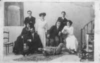 Deliziosa foto di gruppo: due fratelli e tre sorelle con i fidanzati - Primi anni del novecento  - Alcamo (7460 clic)