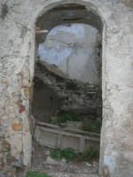 ruderi del paese distrutto dal terremoto del gennaio 1968 - 2 ottobre 2007  - Poggioreale (748 clic)