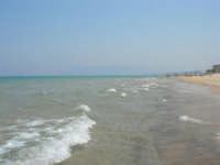 il mare. Una leggera foschia rende quasi invisibili le montagne lato est del Golfo di Castellammare - 19 luglio 2007  - Alcamo marina (932 clic)