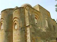 Chiesa della SS. Trinità di Delia del XII secolo, restaurata nell'ottocento. La sua architettura è tipicamente araba con pianta a croce greca triabsidata. La chiesa oggi è proprietà privata - 22 aprile 2007 - 22 aprile 2007  - Castelvetrano (1888 clic)