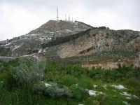 alle pendici del monte Bonifato innevato - 15 febbraio 2009   - Alcamo (1916 clic)