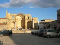 Piazza Alicia - resti della Chiesa Madre - 11 ottobre 2007  - Salemi (2223 clic)