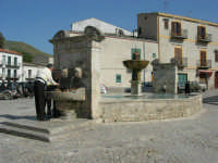 la fontana al centro della piazza - 23 aprile 2006   - Palazzo adriano (2997 clic)