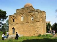 Chiesa della SS. Trinità di Delia del XII secolo, restaurata nell'ottocento. La sua architettura è tipicamente araba con pianta a croce greca triabsidata. La chiesa oggi è proprietà privata - 22 aprile 2007   - Castelvetrano (1080 clic)