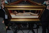 Venerdì Santo: processione del Cristo Morto e dell'Addolorata - piazza Ciullo, dinanzi la Chiesa del Collegio - 21 marzo 2008   - Alcamo (915 clic)