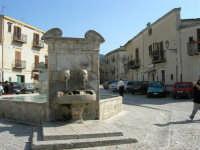 la fontana al centro della piazza - 23 aprile 2006   - Palazzo adriano (2104 clic)
