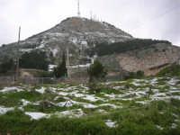 alle pendici del monte Bonifato innevato - 15 febbraio 2009   - Alcamo (1906 clic)