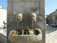 particolare della fontana al centro della piazza - 23 aprile 2006   - Palazzo adriano (1806 clic)