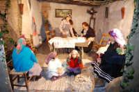 Presepe Vivente presso l'Istituto Comprensivo A. Manzoni, animato da alunni della scuola e da anziani del paese - stiratrice - 20 dicembre 2007   - Buseto palizzolo (1005 clic)