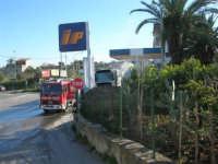 Intervento dei vigili del fuoco: un pullman si è incendiato in un posto decisamente pericoloso  - 29 gennaio 2008  - Alcamo (1376 clic)