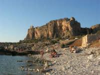 Macari - l'Isulidda: scogli sole e mare - sul promontorio la torre di avvistamento - 30 agosto 2008   - San vito lo capo (679 clic)
