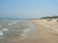 il mare e la lunga spiaggia. Una leggera foschia rende quasi invisibili le montagne lato est del Golfo di Castellammare - 19 luglio 2007  - Alcamo marina (1153 clic)