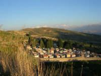 il cimitero ed in fondo i ruderi del paese distrutto dal terremoto del gennaio 1968 - 2 ottobre 2007    - Poggioreale (2235 clic)