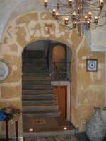 Pescheria Randazzo in via Guglielmo Marconi: particolare dell'ingresso e scala - 21 luglio 2007   - Castellammare del golfo (945 clic)