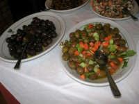 Ristorante La Perla: gli antipasti (olive nere ed olive verdi condite, ovvero cunsati) - 17 febbraio 2007    - Marausa lido (4871 clic)