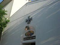 La Madonna di lu Tribonu - Cappella dedicata alla Madonna del Ladro Buono (Via per Monte Bonifato): particolare della facciata - 27 agosto 2007    - Alcamo (746 clic)
