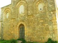 Chiesa della SS. Trinità di Delia del XII secolo, restaurata nell'ottocento. La sua architettura è tipicamente araba con pianta a croce greca triabsidata. La chiesa oggi è proprietà privata - 22 aprile 2007  - Castelvetrano (1007 clic)