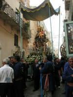 festeggiamenti in onore di Maria Santissima dei Miracoli, Patrona di Alcamo - Processione in corso 6 Aprile (corso stretto) - 21 giugno 2007  - Alcamo (1220 clic)