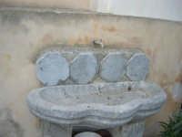 antica fontanella in pietra - 3 settembre 2008  - Torretta (2406 clic)