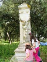 presso la Chiesa della SS. Trinità, la statua del Civiletti, raffigurante un bambino che piange la madre scomparsa - 22 aprile 2007  - Castelvetrano (1086 clic)