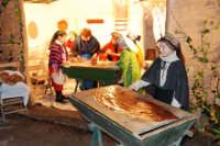 Presepe Vivente presso l'Istituto Comprensivo A. Manzoni, animato da alunni della scuola e da anziani del paese - le donne che impastano il pane, preparano la pasta, preparano lo stratto e lo dispongono su u tavuleri - 20 dicembre 2007   - Buseto palizzolo (1807 clic)