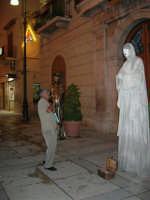 Festeggiamenti in onore di Maria Santissima dei Miracoli - Artisti di strada: i mimi Janusz Kopala e Marco Mangani si esibiscono in piazza Ciullo, dinanzi al Municipio - 17.6.2005  - Alcamo (3936 clic)