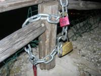 al Belvedere: lucchetti dell'amore - 13 aprile 2008   - Castellammare del golfo (1077 clic)