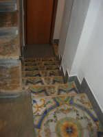 all'interno dei locali della Pescheria Randazzo in via Guglielmo Marconi: splendido maiolicato nella scala - 21 luglio 2007   - Castellammare del golfo (1078 clic)