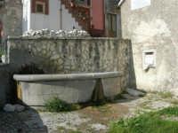 per le vie del paese: fontana - 23 aprile 2006   - Prizzi (1879 clic)