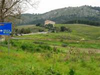 in mezzo alle montagne la zona archeologica ed il Tempio - 12 aprile 2007   - Segesta (2005 clic)