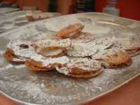 XII Cous Cous Fest - dolci tipici siciliani: piccole ciambelle farcite di ricotta - 27 settembre 2009  - San vito lo capo (2741 clic)
