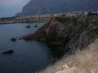 la costa e scorcio del paese a sera - 23 settembre 2007   - Terrasini (1266 clic)