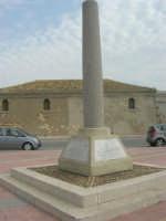 Capo Lilybeo: la colonna in memoria dello sbarco dei Mille - Duce Garibaldi - 11.5.1860 -, della Battaglia di Lepanto - Don Juan D'Austria - 1571-1573 e della Guerra Punica - Scipione L'Africano - 149-146 A.C. - 24 settembre 2007  - Marsala (1362 clic)