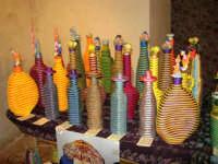 All'interno del Castello dei Conti di Modica, Mostra Artigianato a cura di Calandra Carlo - Decorazioni su vasi, bottiglie ecc. - 26 dicembre 2006   - Alcamo (1034 clic)